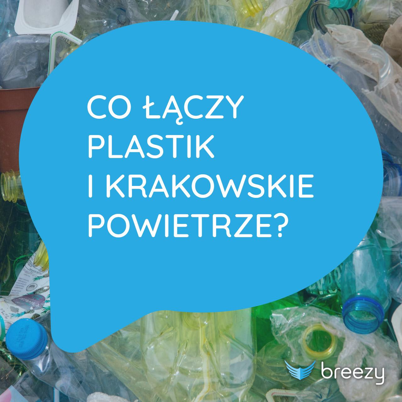 """Biały tekst w niebieskim dymku """"Co łączy plastik i krakowskie powietrze"""" w tle morze plastikowych śmieci"""
